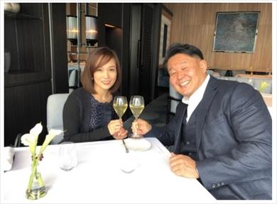 """「お兄ちゃんは本当に幸せですね」 花田虎上、""""美人妻""""と結婚10周年デート 記念日の夫婦ショットに反響(ねとらぼ)"""